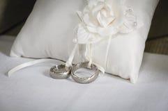 Серебряные обручальные кольца стоковые изображения