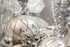 Серебряные орнаменты цвета слоновой кости рождества стоковая фотография