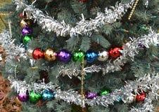 Серебряные орнаменты шарика рождественской елки гирлянд сусали стоковое изображение rf