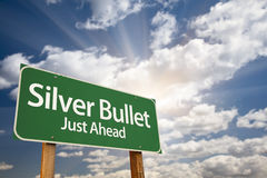 Серебряные дорожный знак и облака зеленого цвета пули как раз вперед Стоковые Изображения