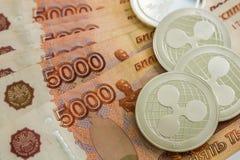 Серебряные секретные монетки струятся XRP, русские рубли Монетки металла положены вне в ровную предпосылку друг к другу, конец-вв стоковое фото rf