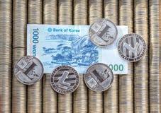 Серебряные секретные LTC Litecoin монеток, бумажный выигранный кореец деноминаций Монетки металла положены вне в ровную предпосыл Стоковая Фотография