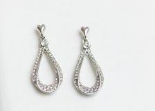 Серебряные серьги изолированные на белой предпосылке Стоковая Фотография RF