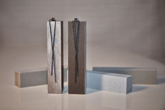 Серебряные серьги на башнях granit Стоковые Фотографии RF