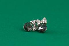 Серебряные серьги на зеленой предпосылке Стоковые Изображения RF