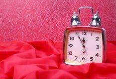 Серебряные часы Нового Года на абстрактной предпосылке Стоковое фото RF