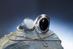 Серебряные ювелирные изделия на камне Стоковая Фотография RF