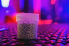 Серебряные Sequins для дизайна в коробке на диско показывают Яркий блеск в опарниках Фольга для обслуживания женщин Сверкная shim стоковая фотография