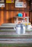 Серебряный винтажный чайник на деревянной таблице Стоковые Изображения
