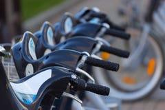 Серебряный голубой велосипед на автостоянке Стоковое Изображение