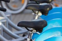 Серебряный голубой велосипед на автостоянке Стоковые Фотографии RF