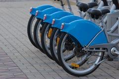 Серебряный голубой велосипед на автостоянке Стоковое Изображение RF