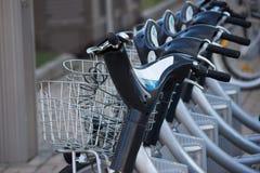 Серебряный голубой велосипед на автостоянке Стоковые Изображения RF