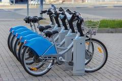 Серебряный голубой велосипед на автостоянке Стоковая Фотография