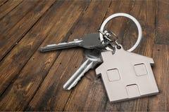 Серебряный домашний ключ с значком на деревянном столе Стоковое Фото