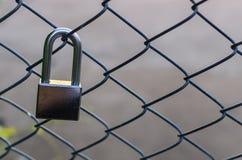 Серебряный замок металла sticked на загородке решетки Стоковая Фотография RF