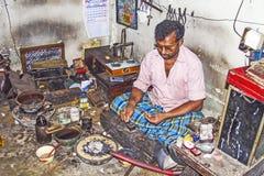 Серебряный кузнец на работе в его магазине в Nuwara Eliya, Шри-Ланке Стоковые Фото