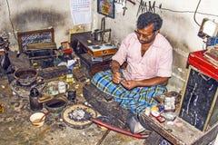 Серебряный кузнец на работе в его мастерской Стоковая Фотография