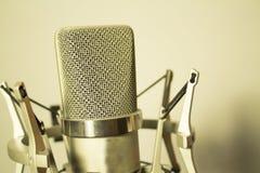 Серебряный микрофон на белой предпосылке Стоковые Изображения