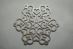 Серебряный орнамент снежинки на серебряной предпосылке стоковые фото