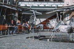 Серебряный памятник аиста с людьми в предпосылке Стоковое фото RF