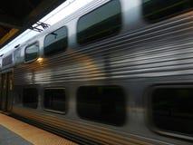 Серебряный поезд приезжая к станции Стоковые Изображения RF