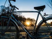 Серебряный ретро велосипед на холодном утре зимы Стоковые Изображения RF