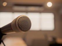 Серебряный ретро микрофон в студии звукозаписи или конференц-зале Стоковые Фотографии RF