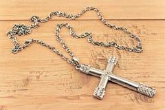 Серебряный христианский крест с малыми диамантами Стоковые Фотографии RF