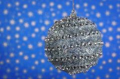 Серебряный шарик, крупный план с красивым bokeh Стоковые Фото
