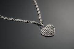 Серебряный шкентель сердца на серебряной цепи Стоковое Изображение