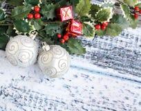 2 серебряных листь шариков и падуба рождества стоковое фото