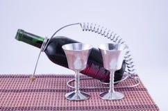 2 серебряных чашки и бутылка вина Стоковое Изображение