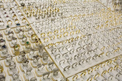 Серебр и кольца с бриллиантом золота Дубай ОАЭ показали souq золота Deira. Стоковые Фотографии RF