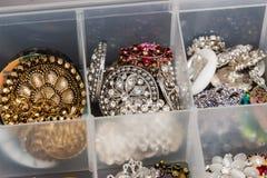 Серебр и rinestone encrusted кнопки используемые для того чтобы создать ювелирные изделия Стоковые Изображения RF