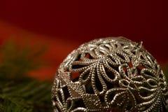 серебр конца рождества шарика вверх Стоковое фото RF