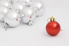 серебр красного цвета рождества baubles Стоковые Изображения RF