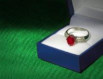Серебр обручального кольца захвата диаманта и рубина Стоковые Изображения