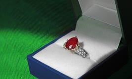 Серебр обручального кольца захвата диаманта и рубина Стоковое Фото
