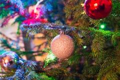Серебр рождества и красные шарики на рождественской елке indoors конец вверх гирлянда стоковое изображение rf