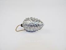 серебр сосенки конуса Игрушка на белой предпосылке Стоковое Изображение