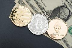 Серебр Cryptocurrency и золото Bitcoin, litecoin, ethereum на кукле стоковое изображение