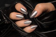 Серебр glittered маникюр ногтей Стоковое фото RF