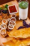 середина кухни восточная Pasties, kebabs, pilaf, ayran на деревянной разделочной доске стоковые изображения rf