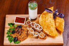 середина кухни восточная Pasties, kebabs, pilaf, ayran на деревянной разделочной доске Взгляд сверху стоковое изображение