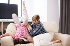 Середина постарела женщина на кресле с ее дочь-подростком Стоковые Фото