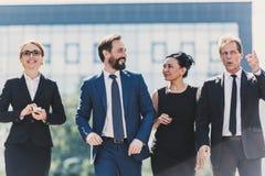 Середина постарела многонациональные предприниматели идя совместно и говоря в городе Стоковые Фото