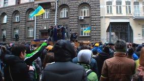 Середина толпы во время протестующего сталкивается на улице Hrushevsky в Kyiv, Украине видеоматериал