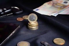 1 середина евро монеток предпосылки черная Стоковая Фотография RF