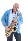 Середина постарела игры человека саксофон тенора против белой студии b Стоковая Фотография RF